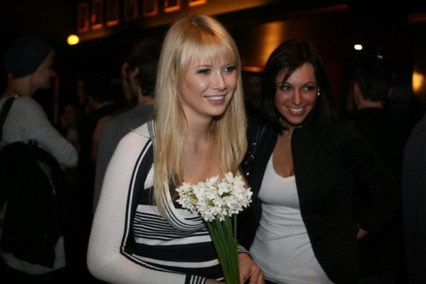 Natalija Zvonkė Alanui atnešė narcizų.