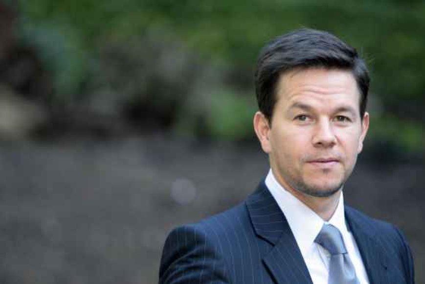 M.Wahlbergas ir vėl nespėjo nubėgti iki tualeto ir šlapinosi už gyvatvorės.