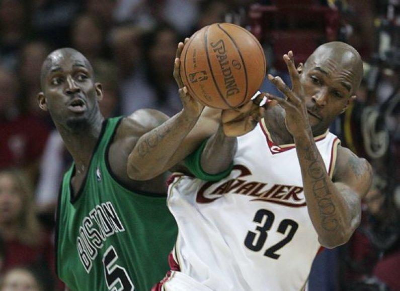"""Buvęs """"Cavaliers"""" puolėjas J.Smithas artimiausiu metu gali grįžti į Klivlandą."""
