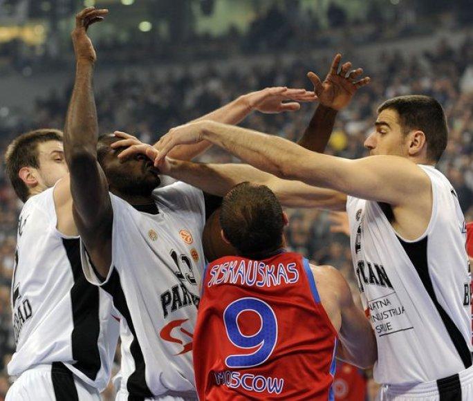 Serbai mėgina sustabdyti R.Šiškauską.