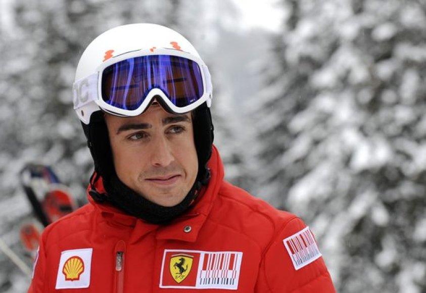 """F.Alonso prieš sezoną tradiciškai su """"Ferrari"""" praleido dieną ant slidžių"""