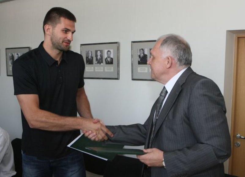 L.Kleiza pasirašė bendradarbiavimo sutartį su Policijos generaliniu sekretoriumi V.Telyčėnu.