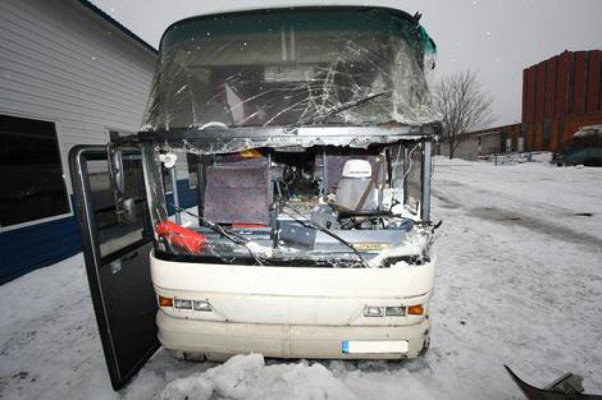 Taip atrodė autobusas po avarijos.