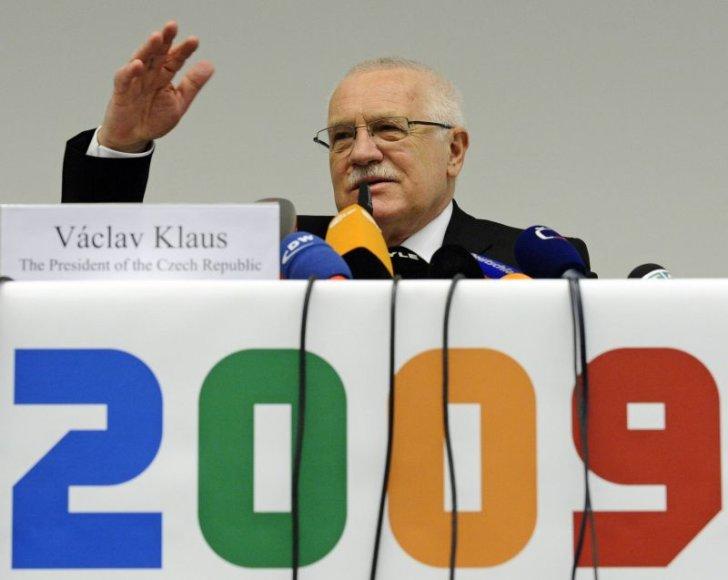 Čekijos prezidentas V.Klausas sako kalbą Briuselyje.