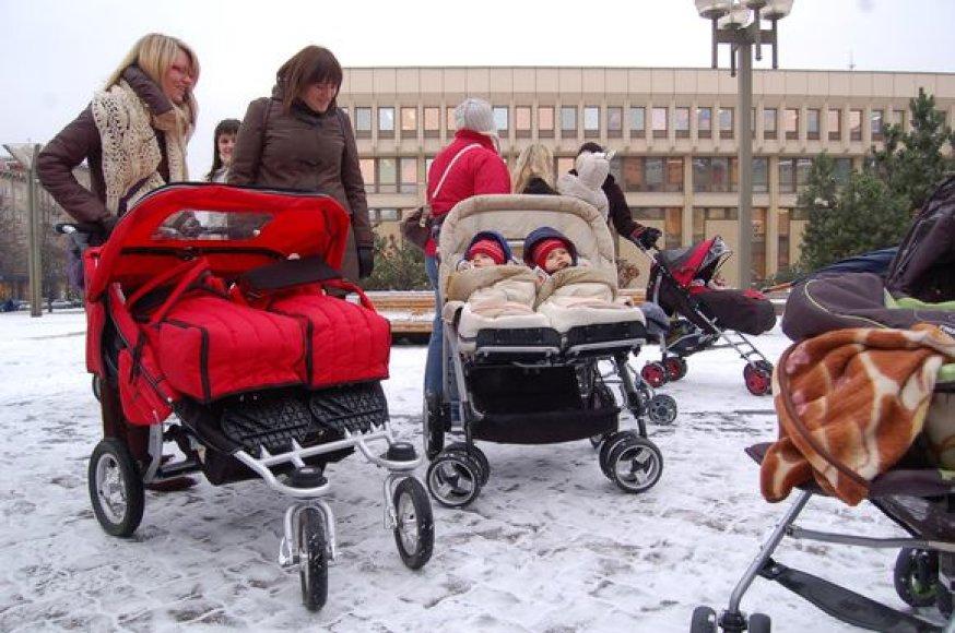 Ilgesnes motinystės atostogas moterys išsireikalavo ir piketais prie Seimo.