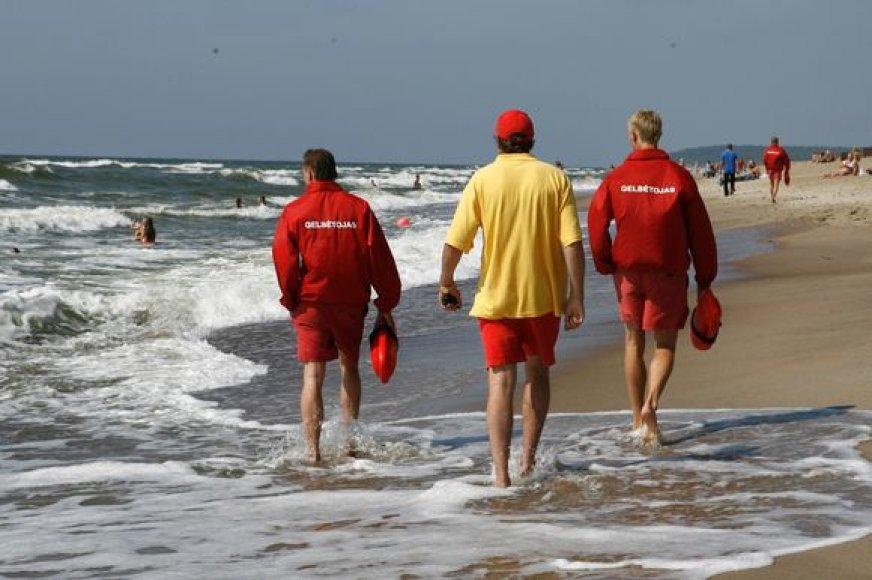 Vasarai jau pasiruošę ir paplūdimiuose besidarbuosiantys gelbėtojai.