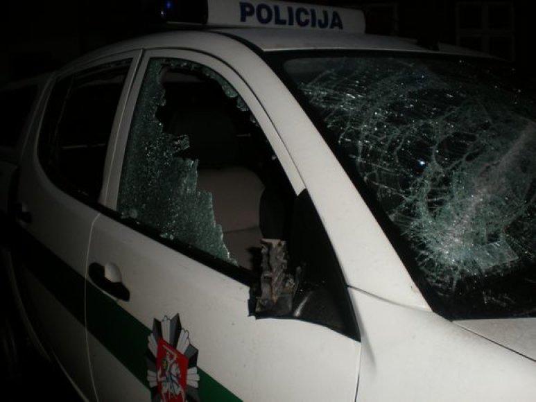 Skuodo rajono gyventojas metaliniu strypu apdaužė Kretingos policijos visureigį.