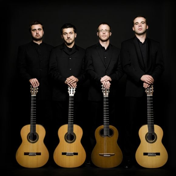 """Keturi """"Baltijos gitarų kvarteto"""" nariai ne tik gros, bet ir komentuos atliekamus kūrinius"""
