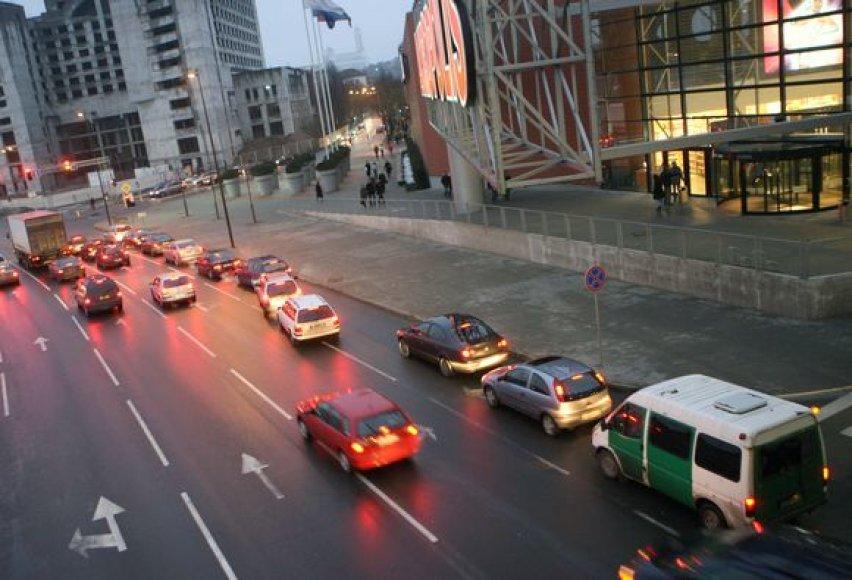Antrąja eismo juosta važiuojantiems ir į dešinę sukti norintiems vairuotojams dažnai tenka pasikliauti kitų eismo dalyvių geranoriškumu.