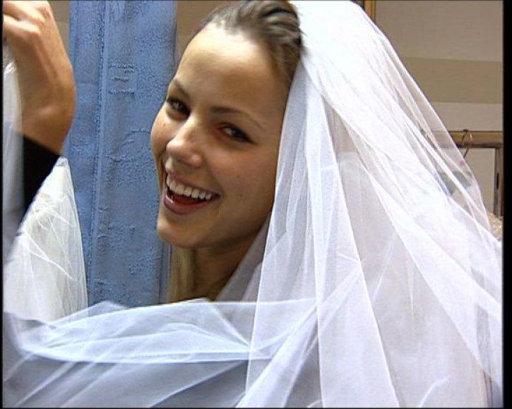 Goda Sabutytė su vestuviniu nuometu