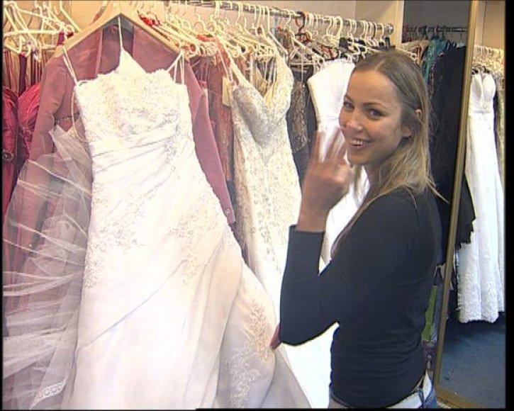 Skelbiama, kad G.Sabutytei suknelė gali atsieiti net 5000 litų.