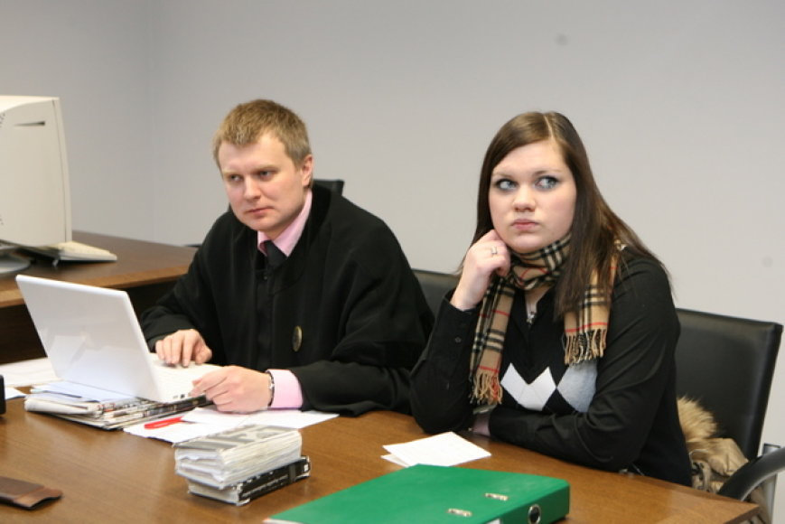 Šeštadienio rytą vyko pirmasis teismo posėdis, kuriame nagrinėta krašto apsaugos savanorės Violetos Iljinych, kaltinamos televizijos laidų vedėjos Berneen sumušimu, byla.