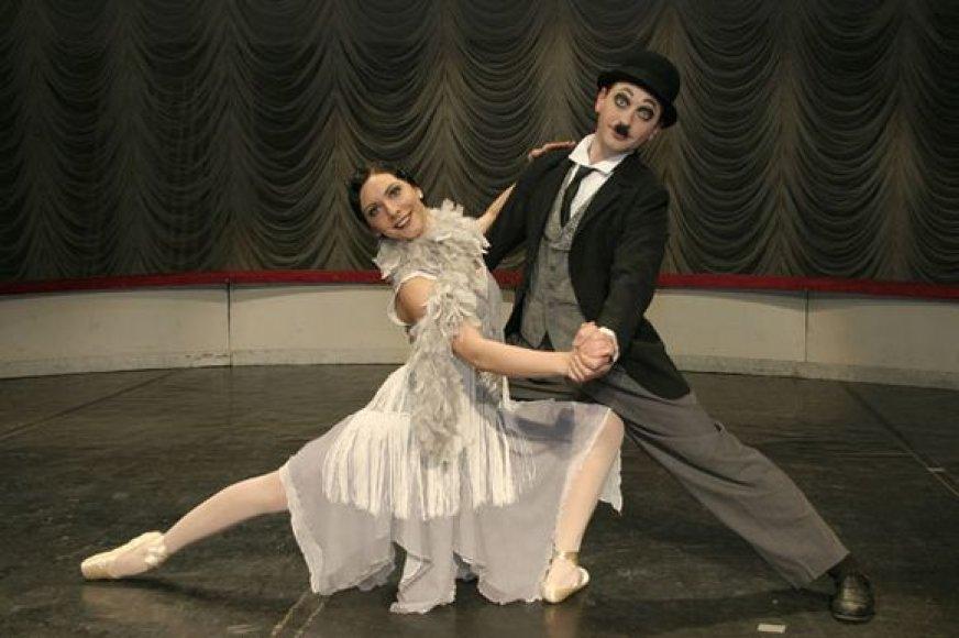 """Spektaklį """"Baletinė Čaplino ir Dolskio korta"""" žiūrovai galės pamatyti įsigiję proginį teatro mėnesio bilietą."""