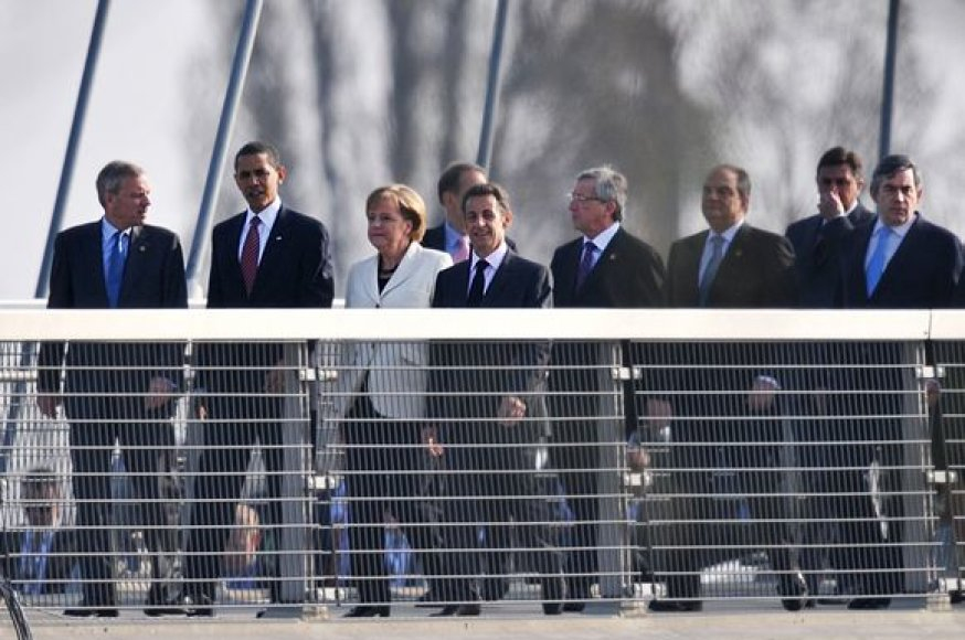 NATO lyderiai pėsčiomis perėjo Prancūziją ir Vokietiją jungiančiu tiltu.