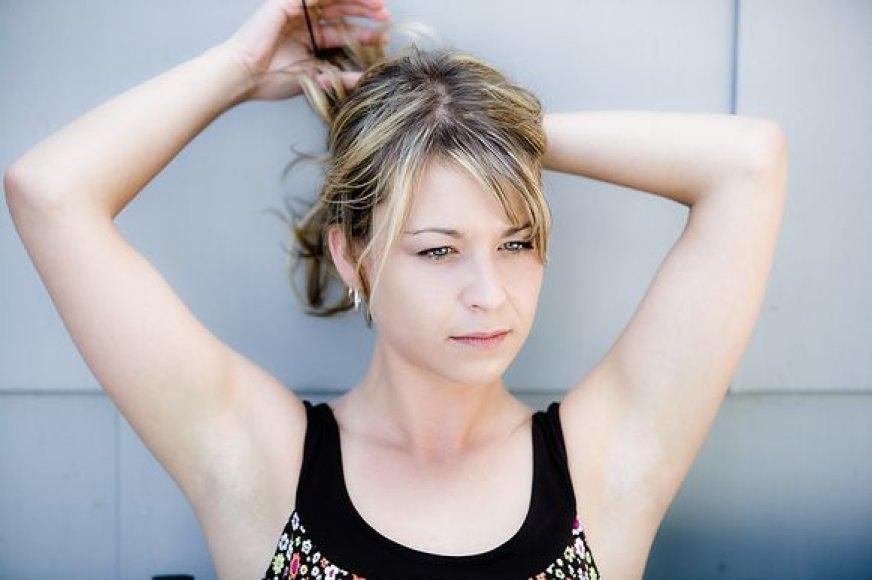 Moterys gėdijasi padidėjusio kūno plaukuotumo...