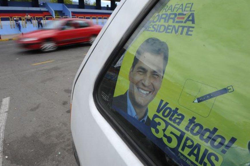 Visuomenės apklausos rodo, kad rinkimus Ekvadore lengvai laimės prezidentas Rafaelis Correa.