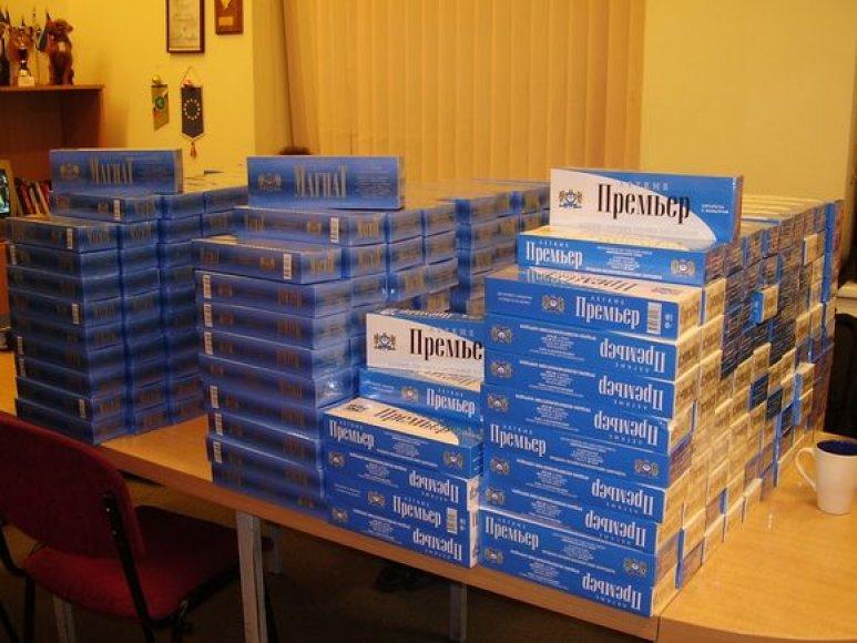 Tranzitinio traukinio lubose rastas baltarusiškų cigarečių krovinys.