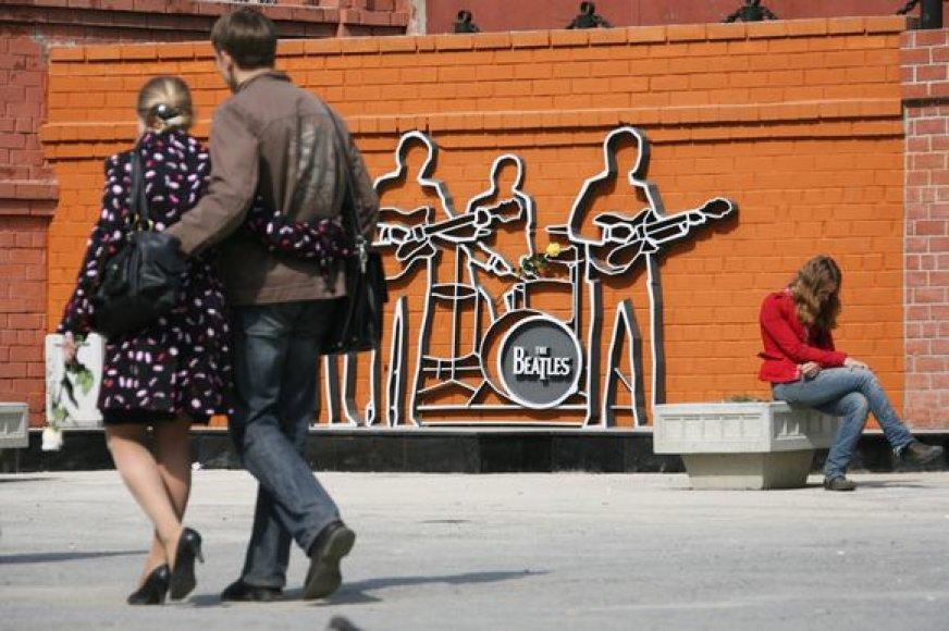 """Sibiro mieste Jekaterinburge pastatytas paminklas legendinei grupei """"The Beatles""""."""