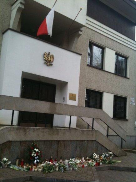 Vilniečiai prie Lenkijos ambasados atiduoda pagarbą žuvusiesiems aviakatastrofoje.
