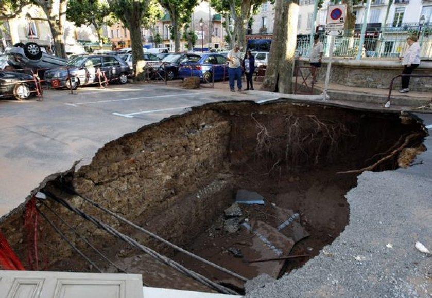 Potvyniai Prancūzijoje tęsiasi.