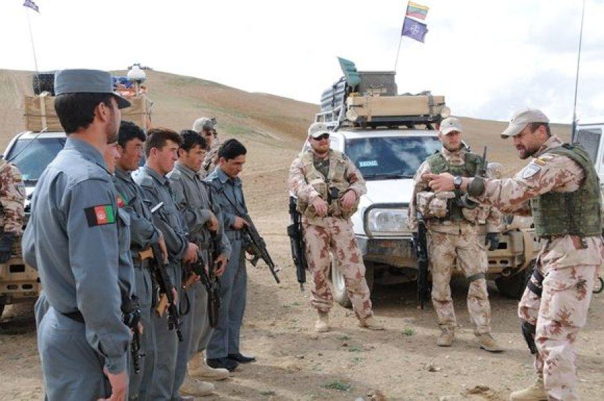 Lietuvos vadovaujamos Afganistano Goro provincijos atkūrimo grupės kariai su vietos policijos pareigūnais.