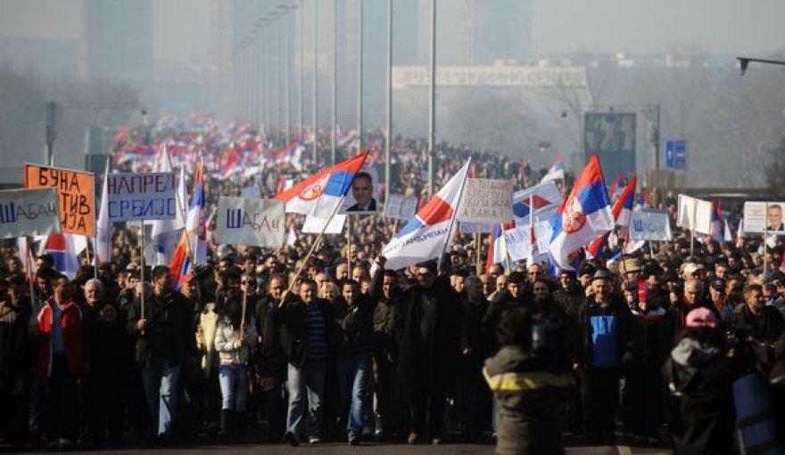 Serbijos sostinėje Belgrade dešimtys tūkstančių demonstrantų šeštadienį susirinko prie parlamento pastato.
