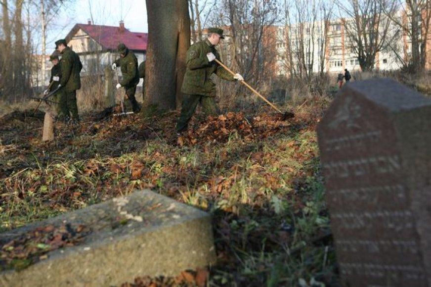 Ketvirtadienį Senosiose žydų kapinėse plušo kariai.