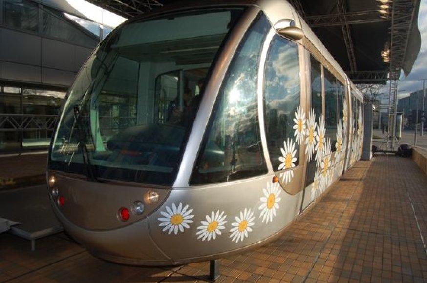 Elektrinis traukinys, kursuojantis tarp Tarptautinio Vilniaus oro uosto ir geležinkelio stoties yra vienintelė nauja viešojo transporto priemonė, atsiradusi sostinėje nepriklausomybės metais.