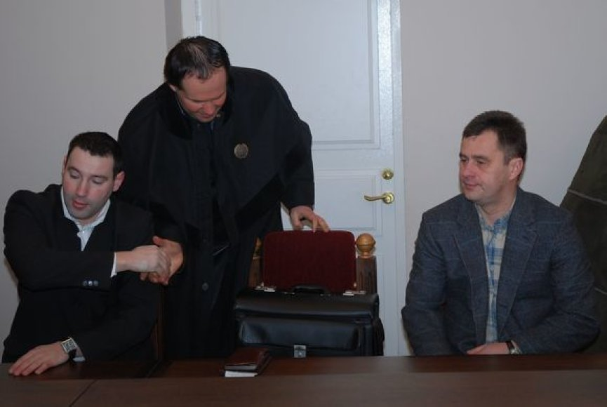 Trisdešimtmetis prokuroras A.Smirnovas (sveikinasi su advokatu) kol kas neturi teisės bendrauti su kitu kaltinamuoju – keturiasdešimtmečiu policininku V.Paulausku.