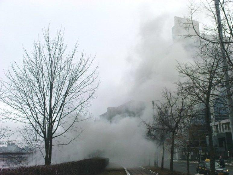 Degant laidų izoliacijai, į dangų virto tiršti dūmai.