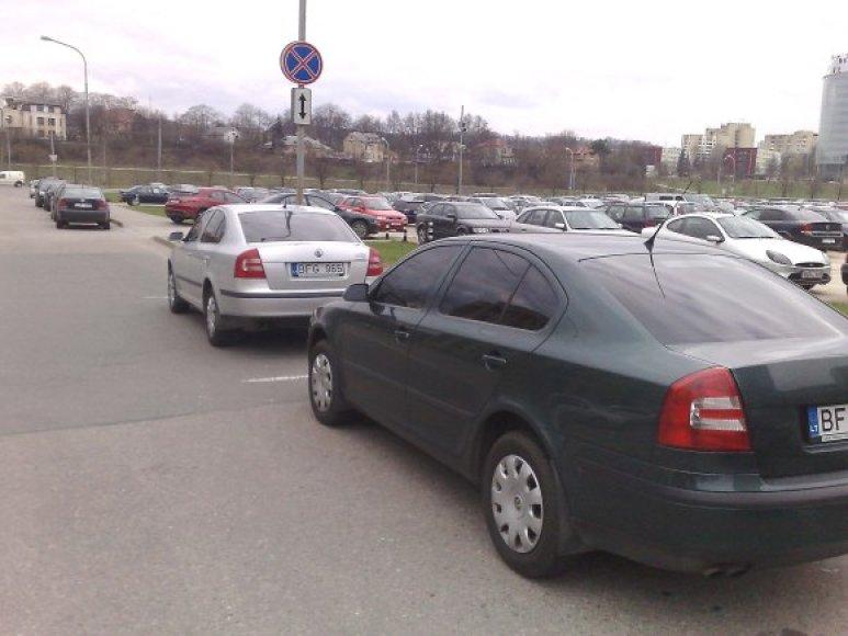 """Taip prie Seimo sustatytos """"Škodos"""" pastebėtos ir Policijos departamento aikštelėje. Sutapimas?"""