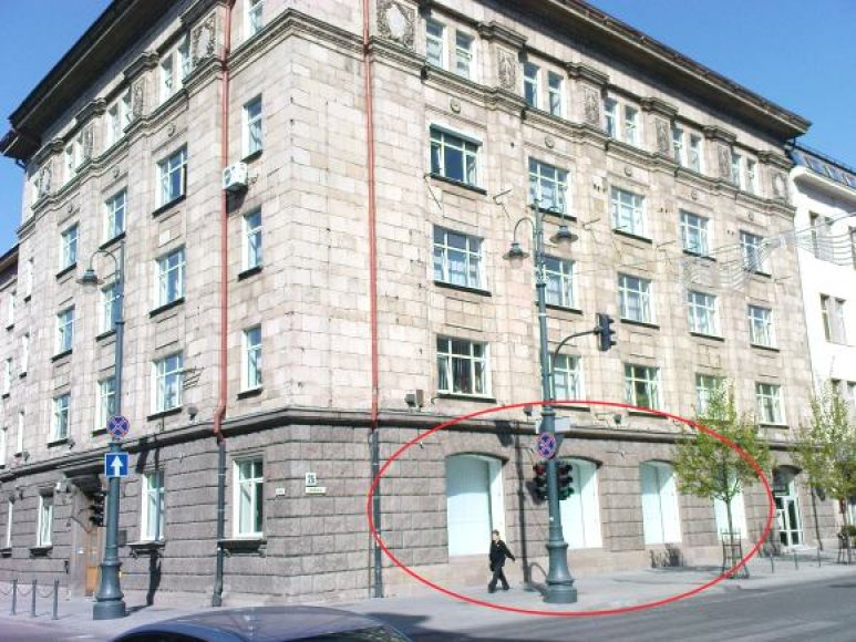 Zuokų firmos valdoma parduotuvė veikė šiame pastate, Gedimino prospekto ir A.Jakšto gatvės kampe.