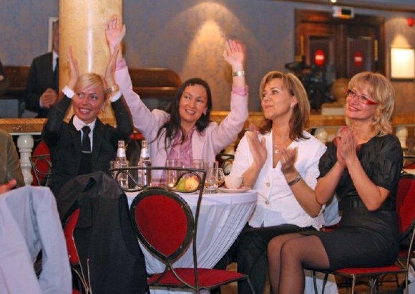 V.Česnulevičiutė (kairėje) mėgsta linksmas kompanijas, tačiau tikina, kad šiuo atveju ją nubaudė per klaidą.