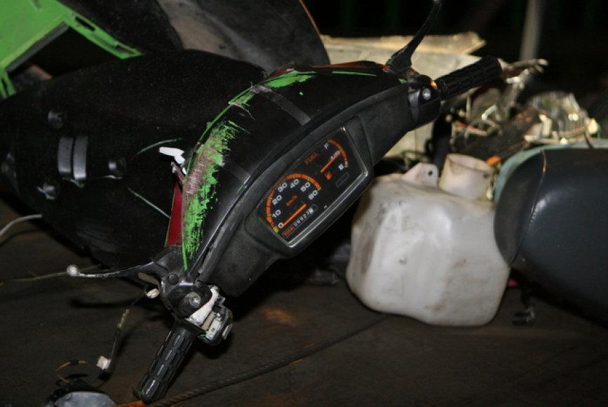 Išvežamos motorolerio nuolaužos