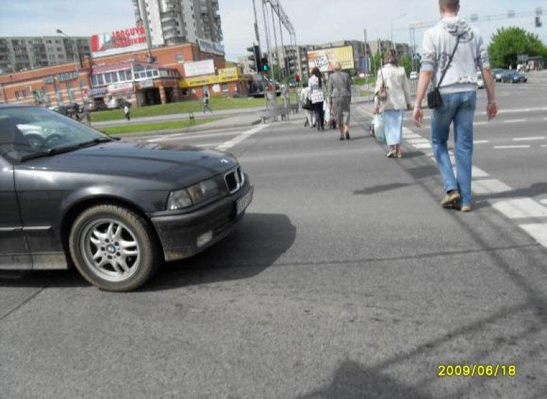 """Ketvirtadienį sostinės Ozo gatvėje, sankryžoje prie """"Akropolio"""", Pranas užfiksavo, kaip BMW praleidžia pėsčiuosius, kirtęs ne tik STOP liniją, bet ir perėjos zoną."""