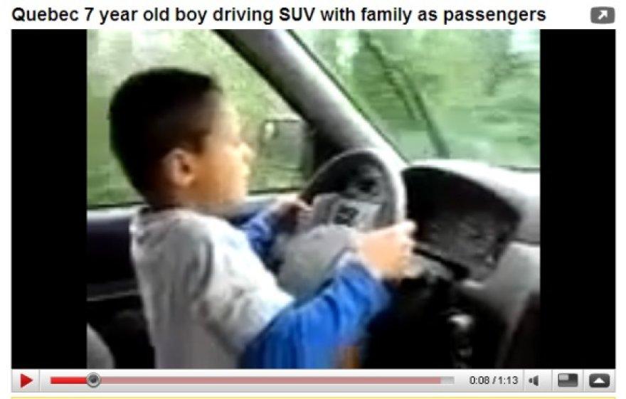 Vaikas prie vairo net ne sėdėjo, o stovėjo.