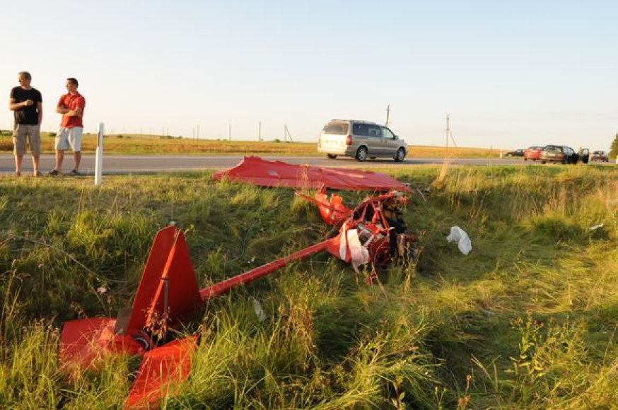 Lėktuvas sudužo prie pat kelio.