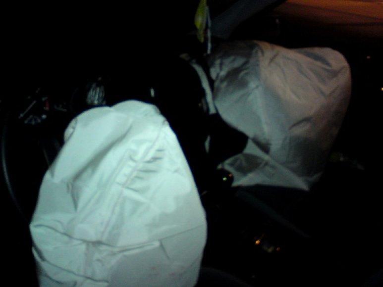 BMW vairuotojui medikų pagalbos neprireikė, nuo traumų jį saugojo ir oro pagalvės.