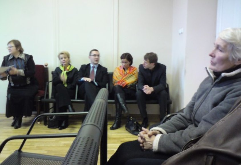 Trečiadienį teismo posėdį stebėjo nuteistojo motina B.Mačiulienė (dešinėje) ir svečiai iš Norvegijos.