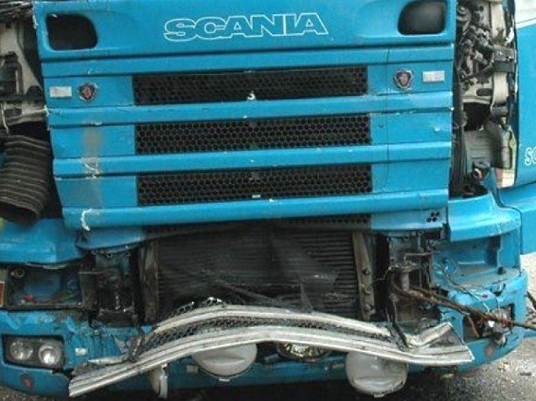 """Susidūrimas su galingu """"Scania"""" vilkiku kito, lengvesnio sunkvežimio vairuotojui buvo lemtingas."""