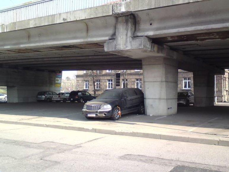 Sostinės centre po tiltu pamesta mašina