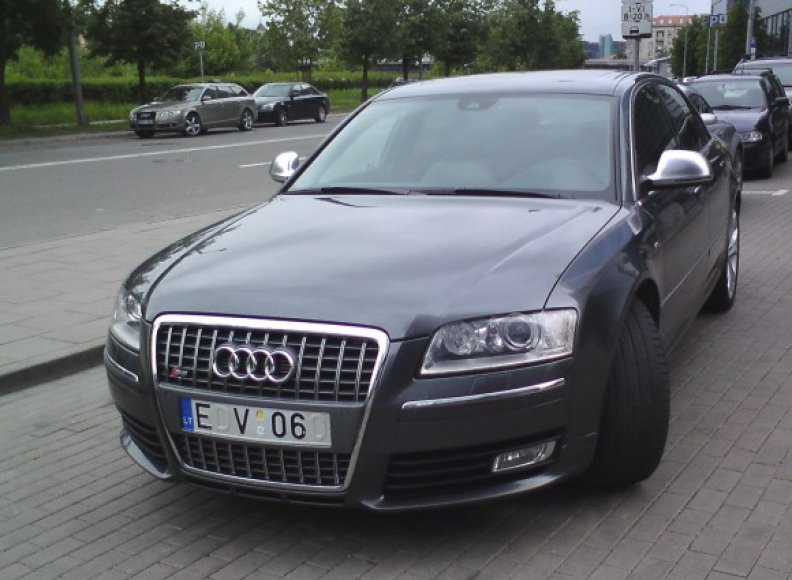 """""""Audi S8"""" su keistai užmaskuotu valstybiniu numeriu."""
