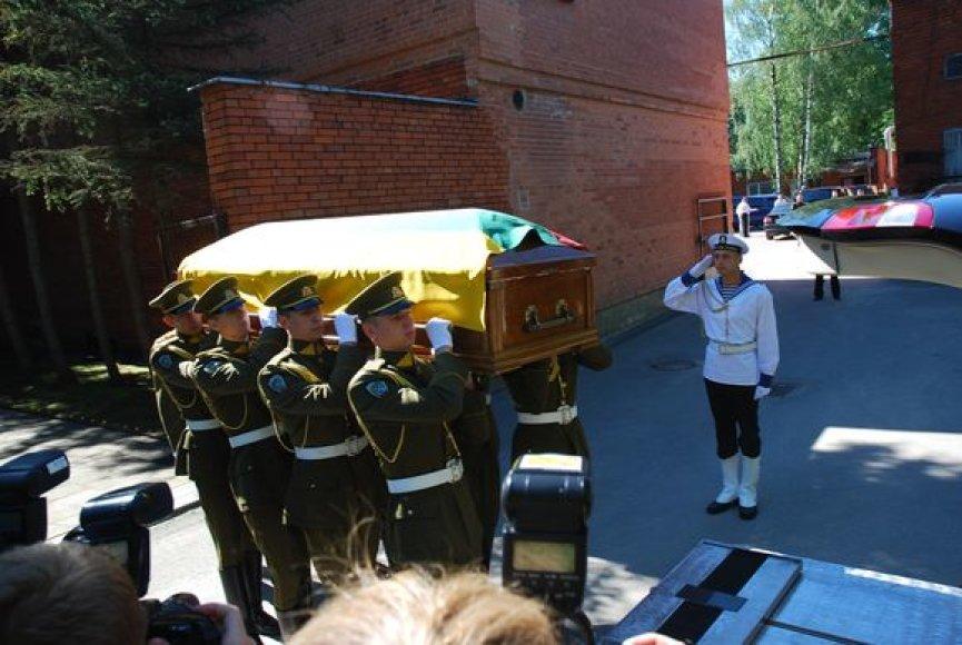 Brazausko palaikai išvežami iš ligoninės į Prezidentūrą