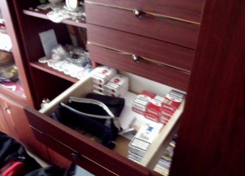 Kontrabandinės cigaretės itin tvarkingame bendrabučio kambaryje