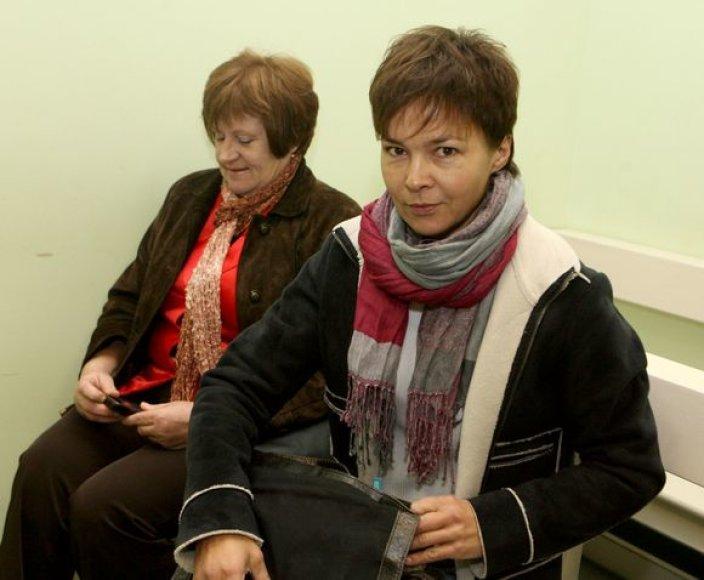 V.Doroševičiaus byla: su nukentėjusiąja A.Kudabiene posėdį stebėjo ir patiklioji ponia (kairėje) iš Širvintų.