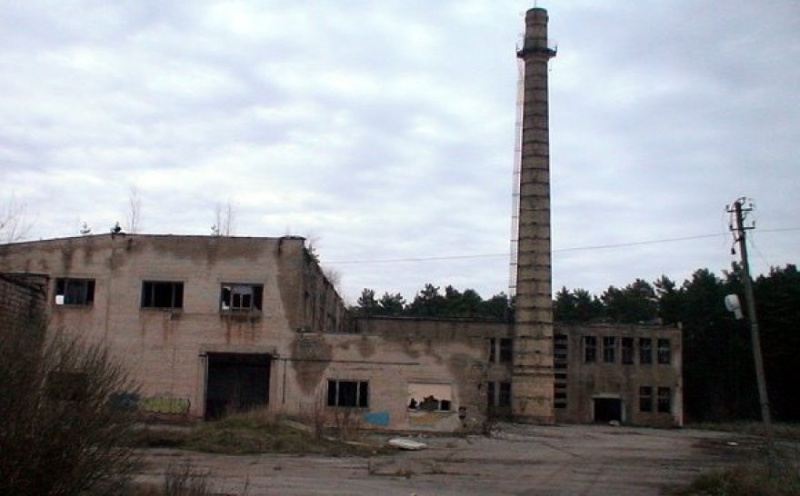 Apleistos gamyklos kaminas
