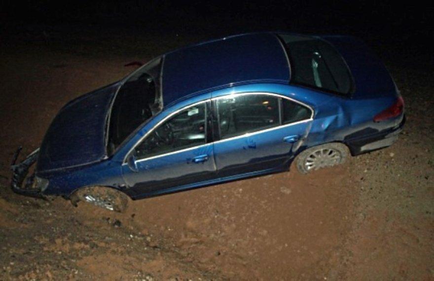 """Į griovį per avariją nulėkęs """"Peugeot 607"""" automobilis."""