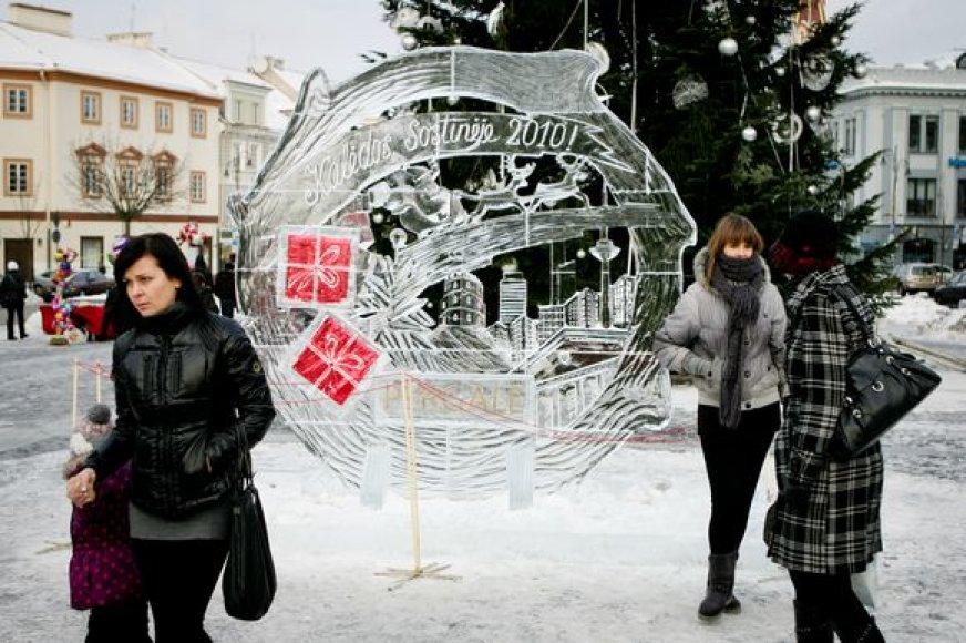Šokoladas prieš Kalėdas buvo įšaldytas šioje skulptoriaus Andriaus Petkaus ledo skulptūroje sostinės Rotušės aikštėje.