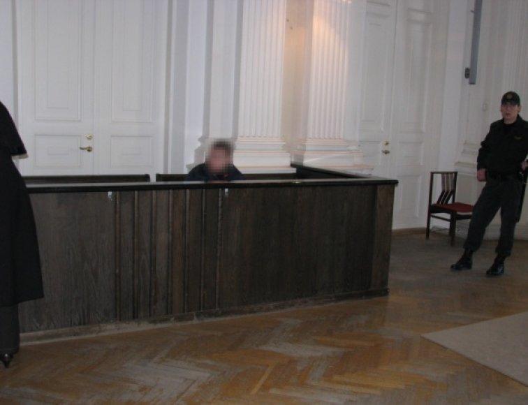 Mažametės išžaginimo byla: 17-metis, kurį teismas yra leidęs laikyti suimtą iki balandžio 28 dienos, teisme.