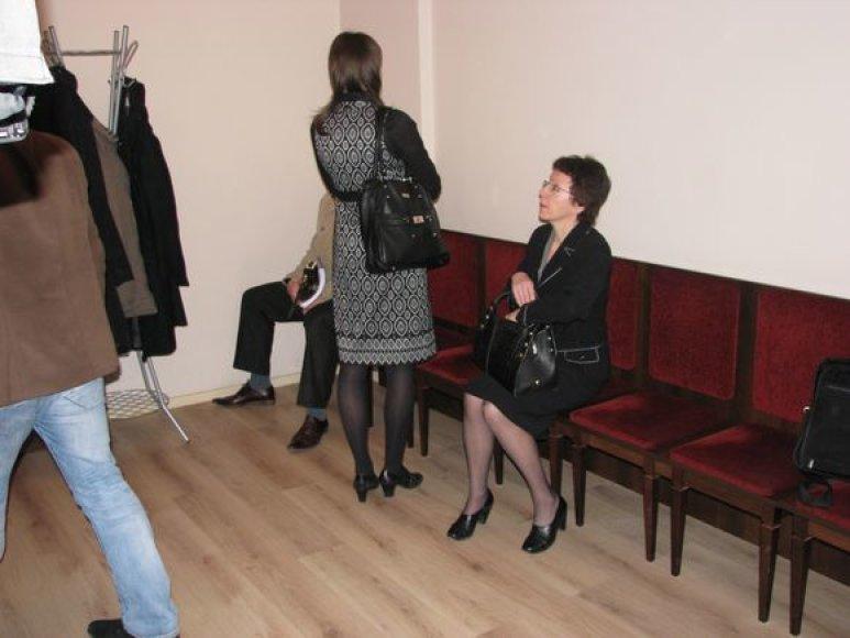 Kaltinamosios V.Savickienė su dukra Juste teisme.